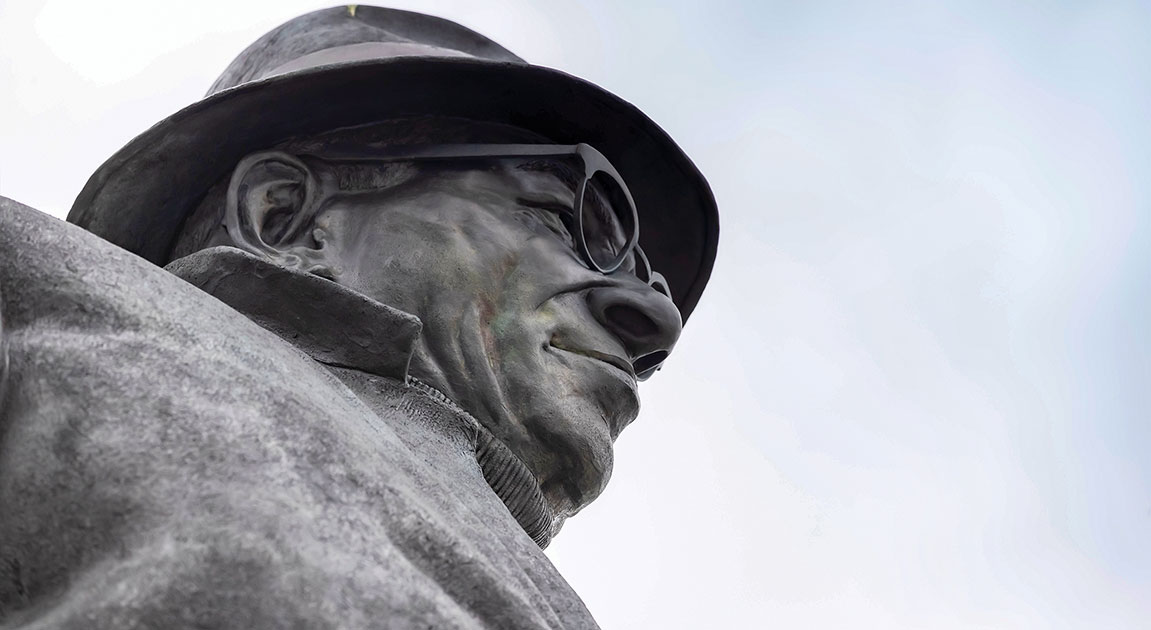 A photo of a statue of NFL coaching legend Vince Lombardi.